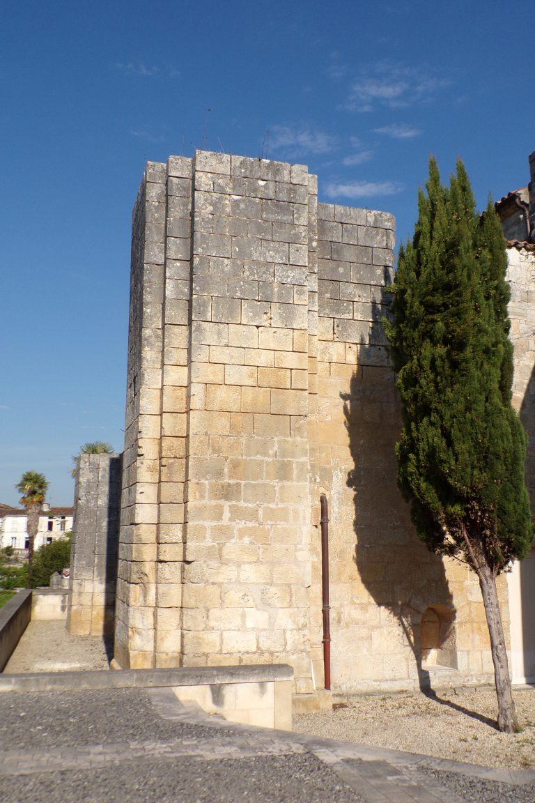 Saint-Même les Carrières - Le château - ancienne tour accolée à l'église (10 avril 2017)