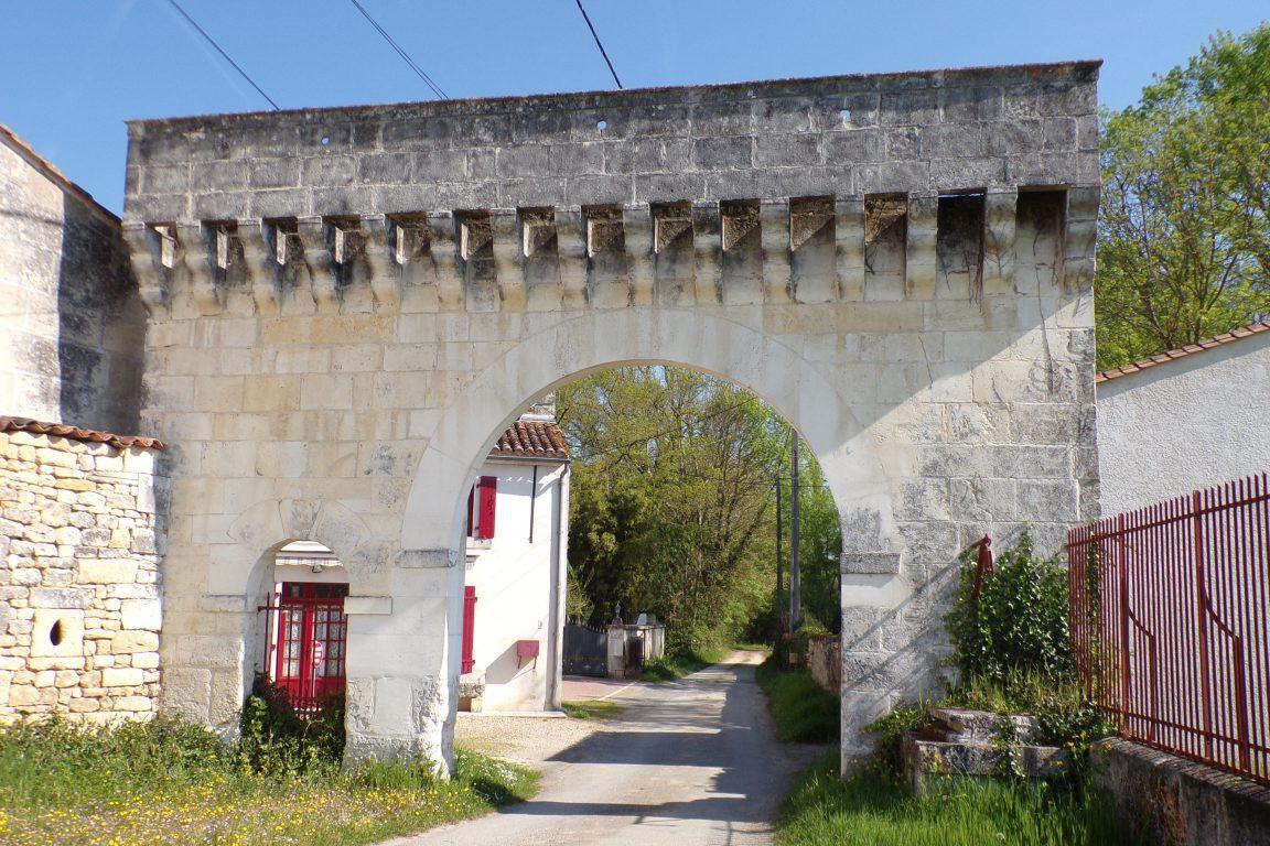 Saint-Même les Carrières - Le portail du logis de la Barde (10 avril 2017)