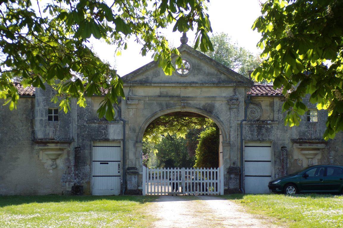 Saint-Même les Carrières - Le portail du logis de la Vinade (10 avril 2017)