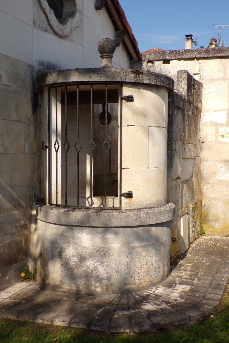 Saint-Même les Carrières - Le puits à côté de la mairie (10 avril 2017)