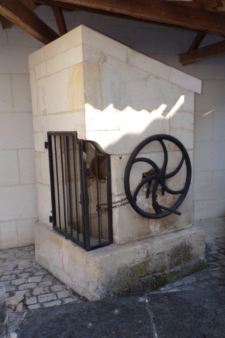 Saint-Même les Carrières - Le puits à côté de l'ancienne mairie (10 avril 2017)