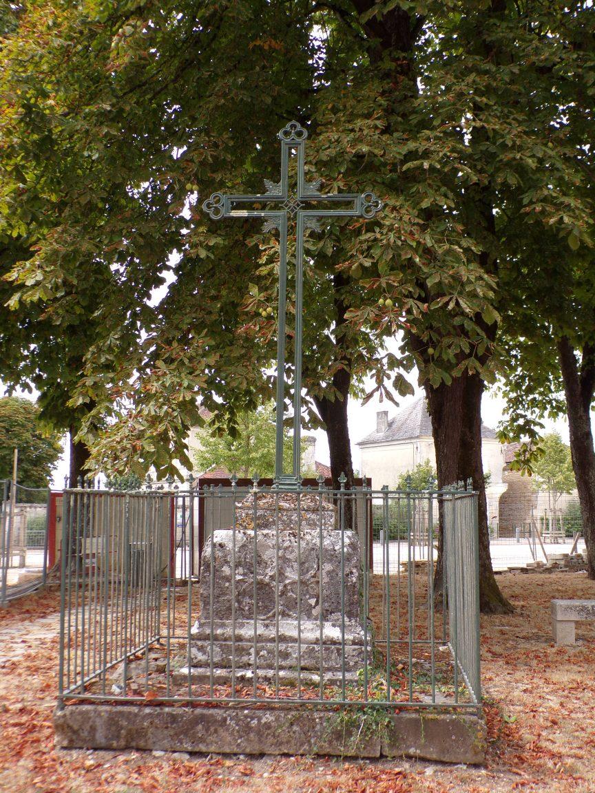 Cherves-Richemont - Le socle de la croix médiévale (4 septembre 2016)