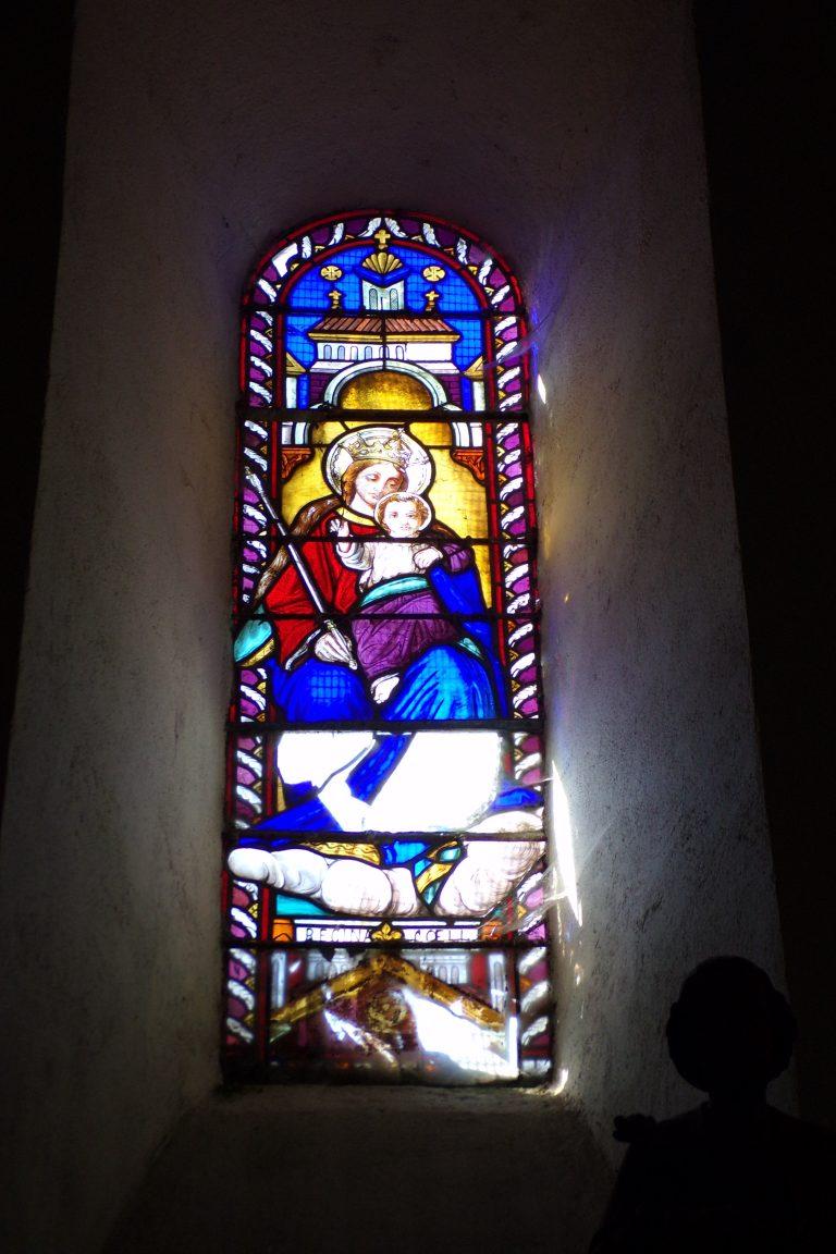 Burie - L'église Saint-Léger - Le vitrail 'Regina Coeli' (13 avril 2017)