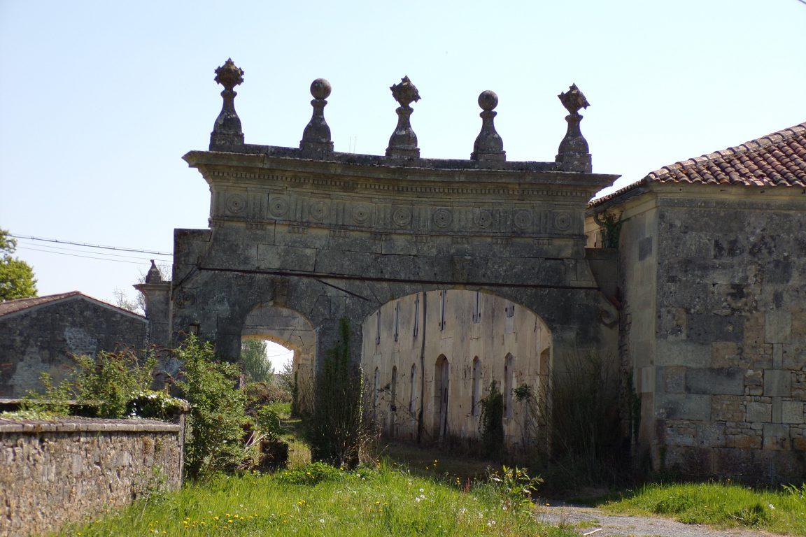 Saint-Sulpice de Cognac - Le portail de la ferme de la Motte (13 avril 2017)