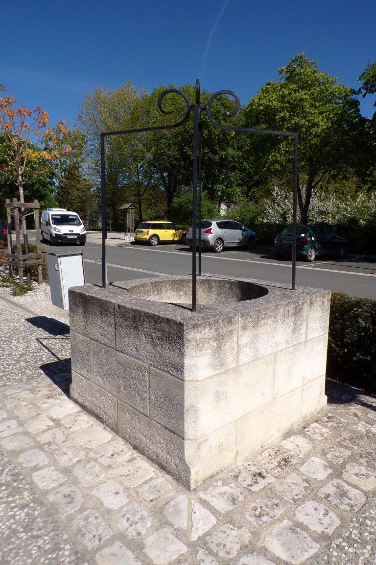 Burie - Le puits devant la Mairie (12 avril 2017)