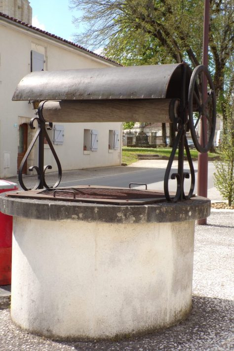 Le puits à côté de l'église