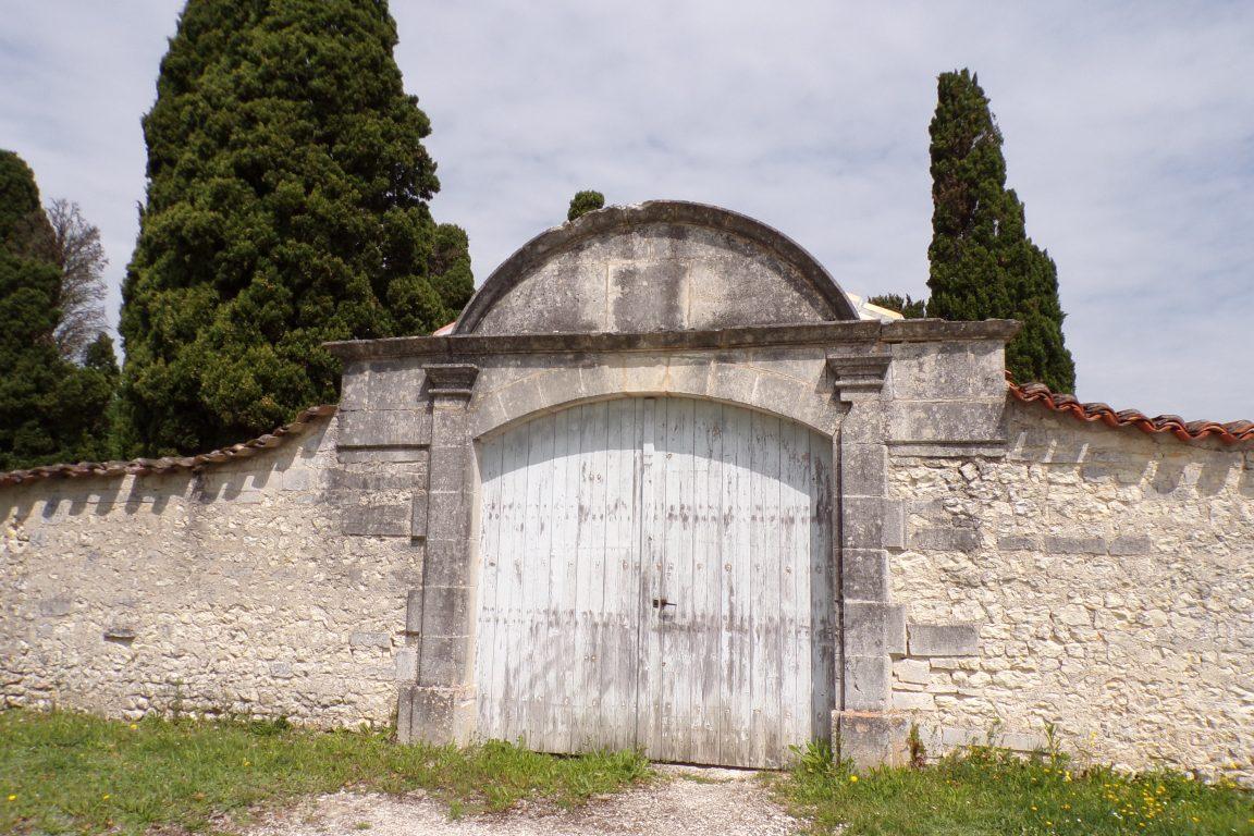 Lignières-Sonneville - Le cimetière de Lignières - Le portail d'entrée des protestants (31 mai 2017)