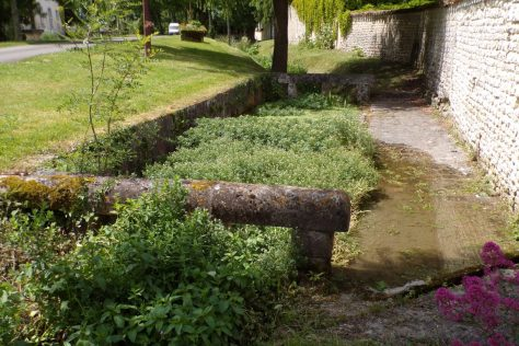 Lignières-Sonneville - Le lavoir à l'extérieur du Jardin Vert (22 mai 2017)