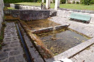 Lignières-Sonneville - Le lavoir à l'intérieur du Jardin Vert (22 mai 2017)