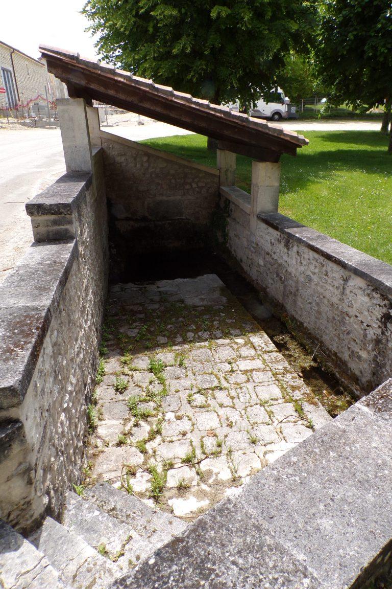 Lignières-Sonneville - Le lavoir en face du terrain de foot (22 mai 2017)