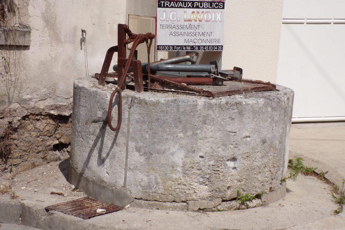 Juillac-le-Coq - Le puits sur la place du Monument aux morts (8 mai 2017)