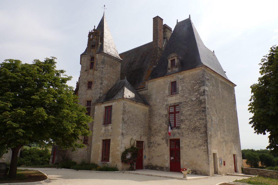 Neuvicq-le-Château - Le Château et la mairie (15 juin 2017)