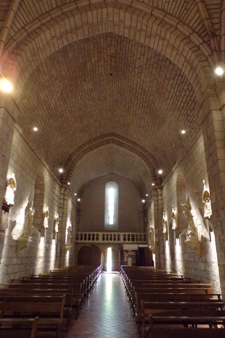 Sigogne - L'église Saint-Martin - Vue de l'autel (15 juin 2017)