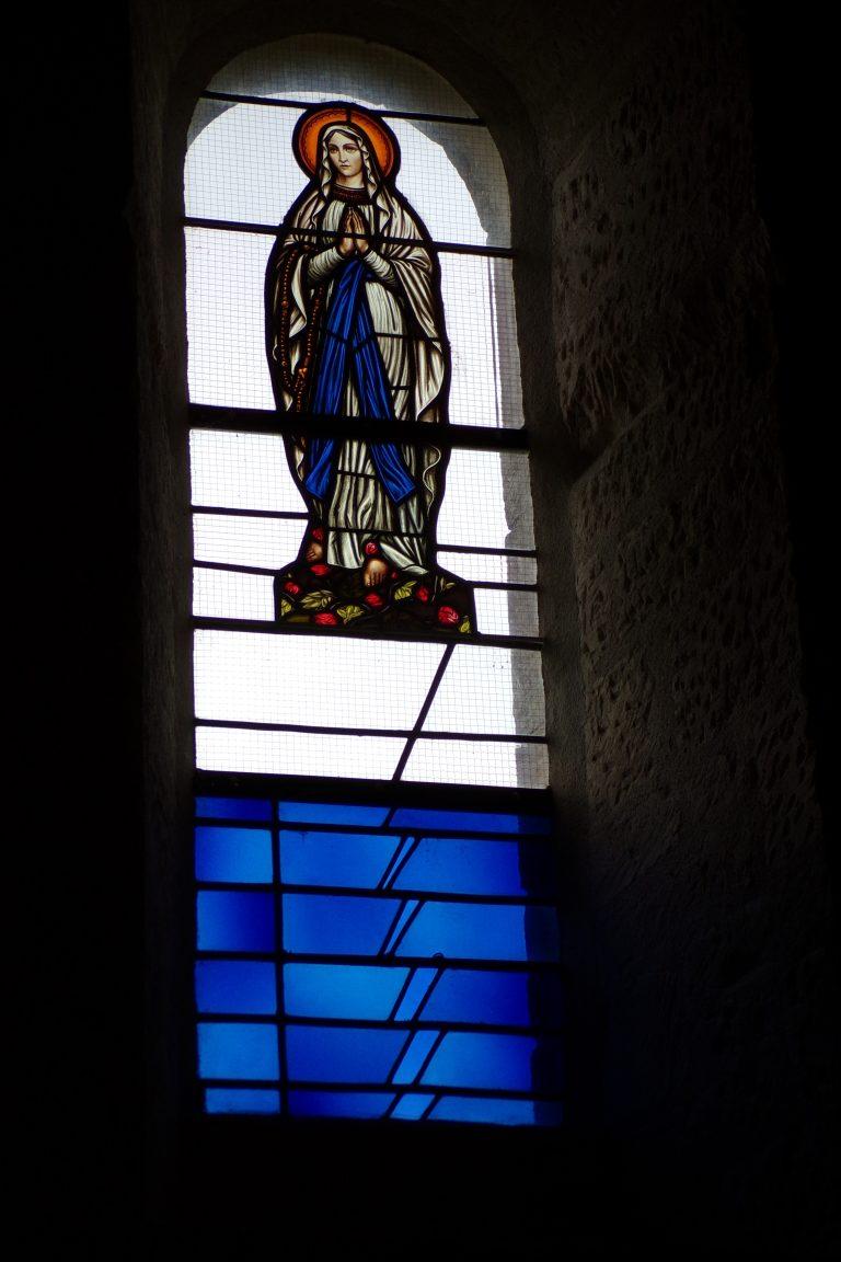 Matha - L'église Sainte-Hérie - Le vitrail 'Sainte Vierge Marie' (21 juillet 2017)