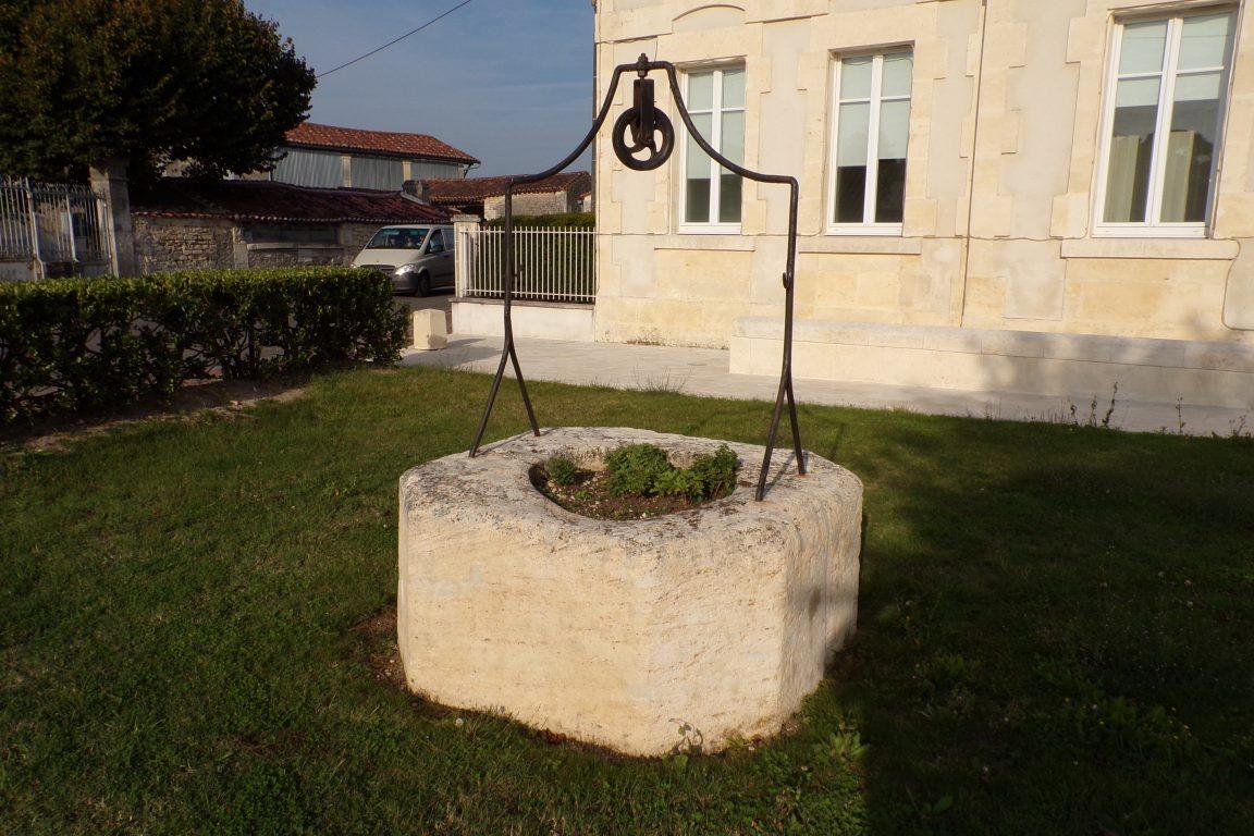 Mesnac - Le puits en face de la mairie (24 septembre 2017)