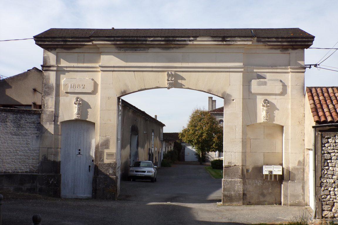Angeac-Champagne - Le portail du Logis d'Angeac (1 novembre 2017)