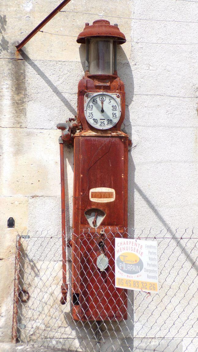 Boutiers-Saint-Trojan - Ancienne pompe à essence (23 avril 2018)
