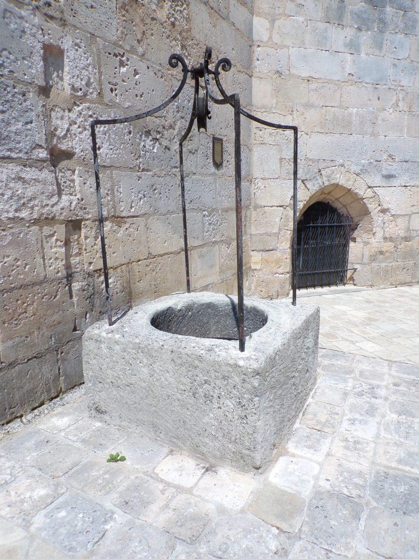 Jarnac - Le puits derrière l'église (23 mai 2018)
