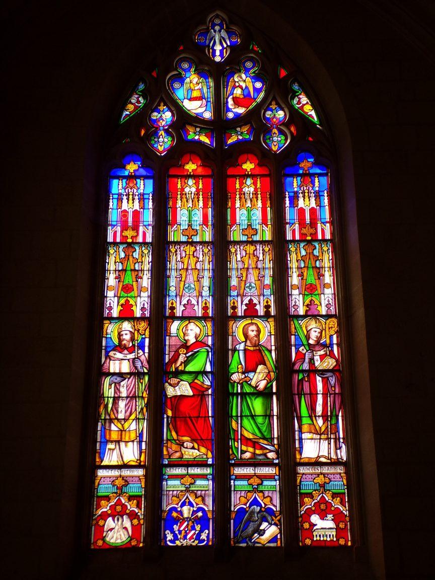 Segonzac - L'église Saint-Pierre - Le vitrail 'St Eutrope - St Pierre - St Paul - St Jean' (11 juillet 2018)