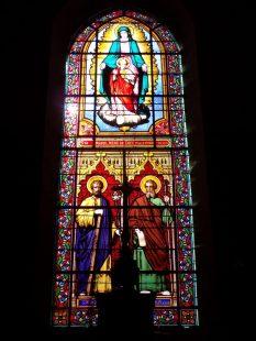 """Ballans - Eglise Saint-Jacques - Le vitrail - En haut """"Ste Marie, mère de Dieu, priez pour nous"""" - En bas """"Stus Joseph Stus Jacobus major""""(20 août 2018)"""