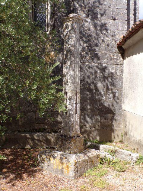 Graves-Saint-Amant - La croix au pied de l'église (9 août 2018)