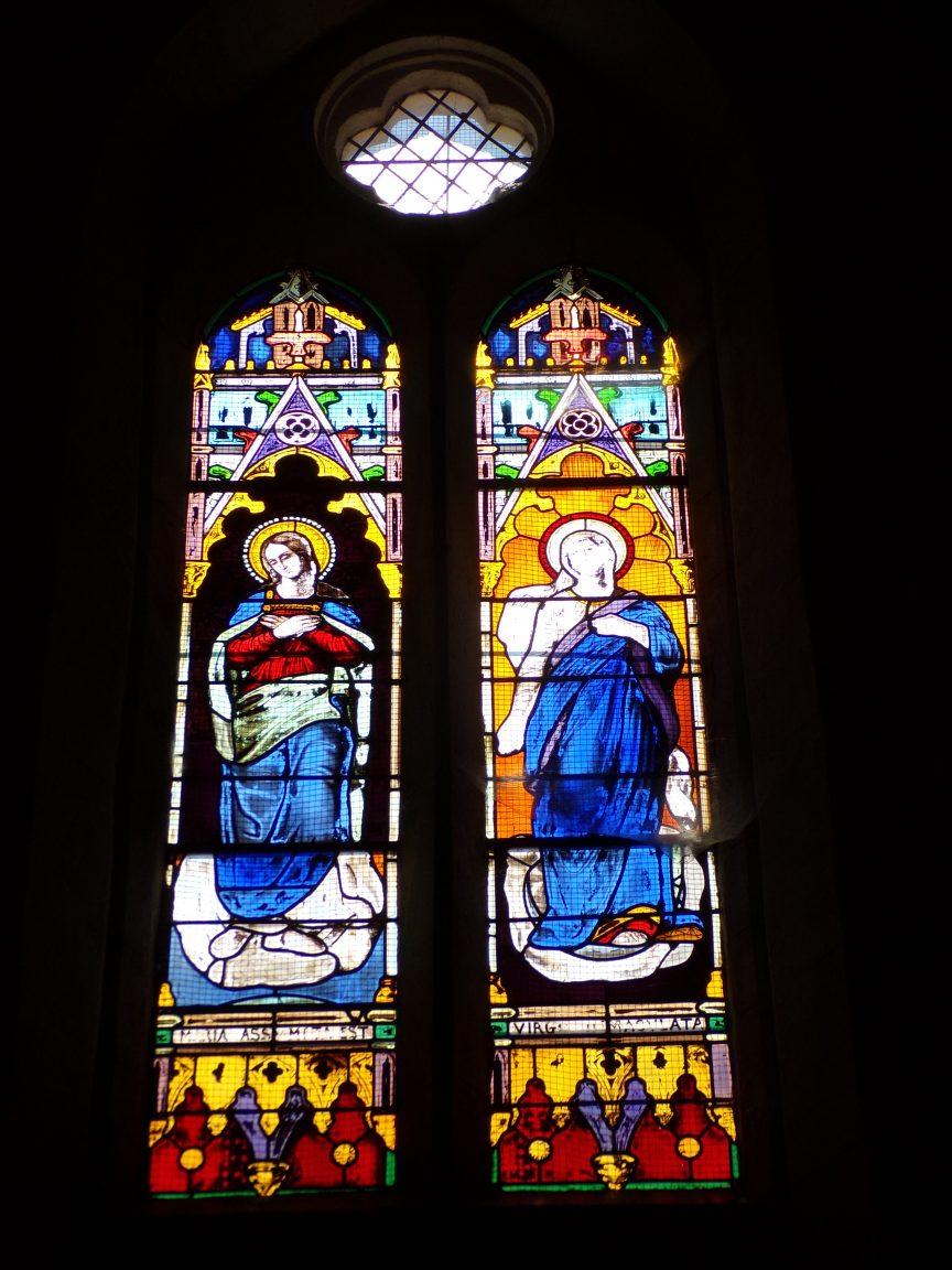 Mareuil - L'église Notre-Dame - Le vitrail 'Marie et Vierge Macula' (21 août 2018)