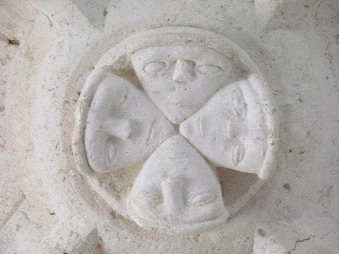 Ambleville - L'église Saint-Pierre - Clé orné de masques (21 septembre 2019)