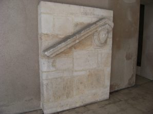 Fronton de porte (se trouve au couvent des récollets) (23 mars 2015)