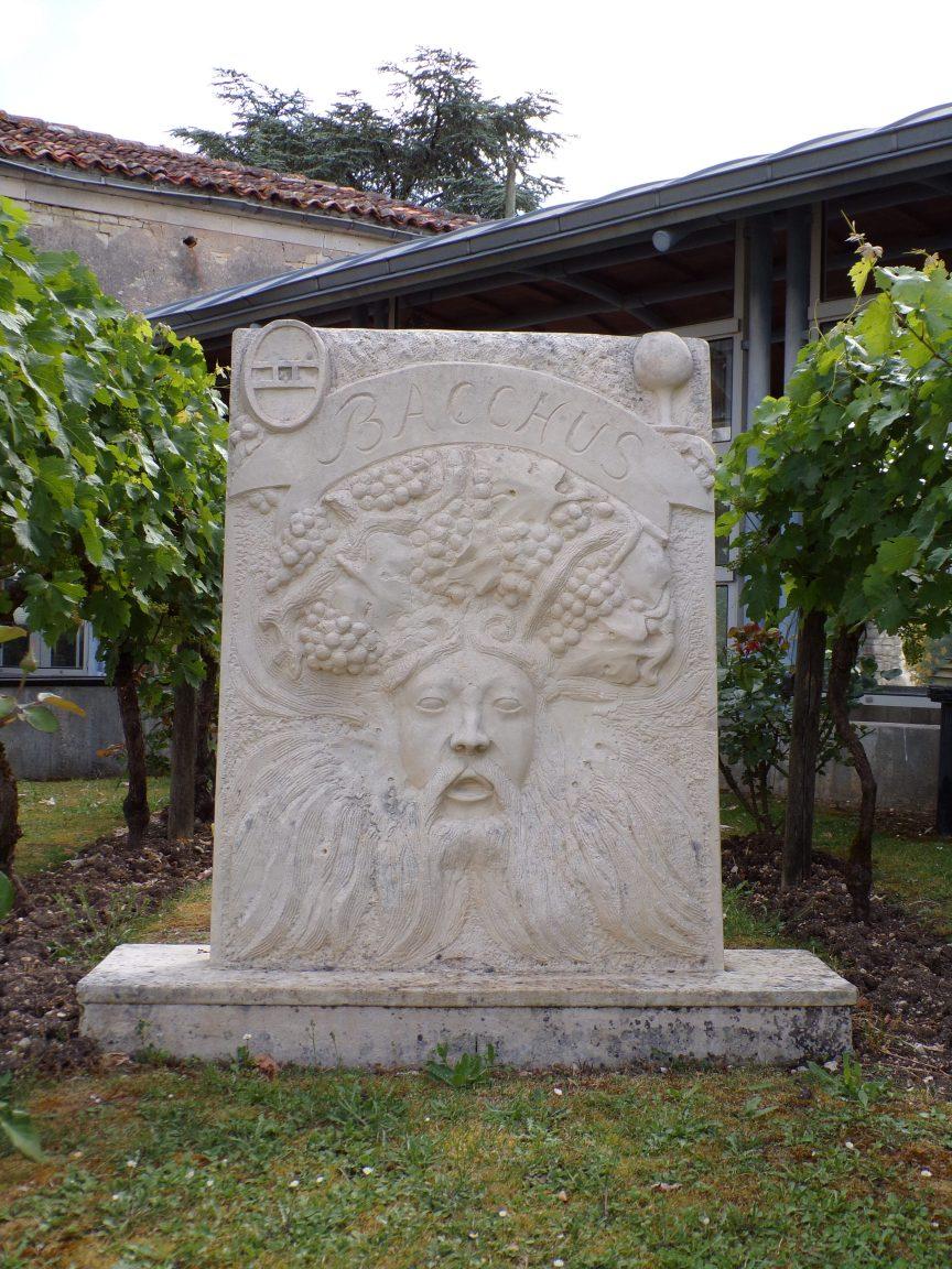 Julienne - Bacchus : devant la mairie, dieu du vin, réalisé en 2001 par Jean Chatagnon dans l'atelier de son neveu Christophe à St Même les Carrières