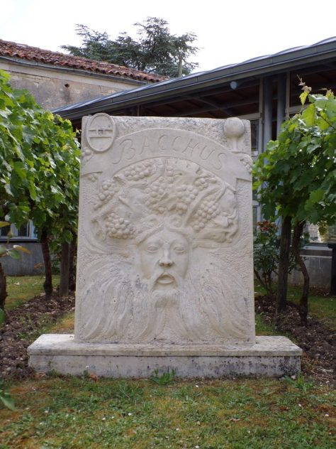 Bacchus : devant la mairie, dieu du vin, réalisé en 2001 par Jean Chatagnon dans l'atelier de son neveu Christophe à St Même les Carrières