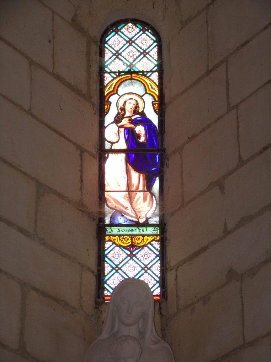 Salles d'Angles - La Chapelle des Templiers - Le vitrail 'Assomption' par Henri Gesta (Toulouse 1934) (30 juin 2020)
