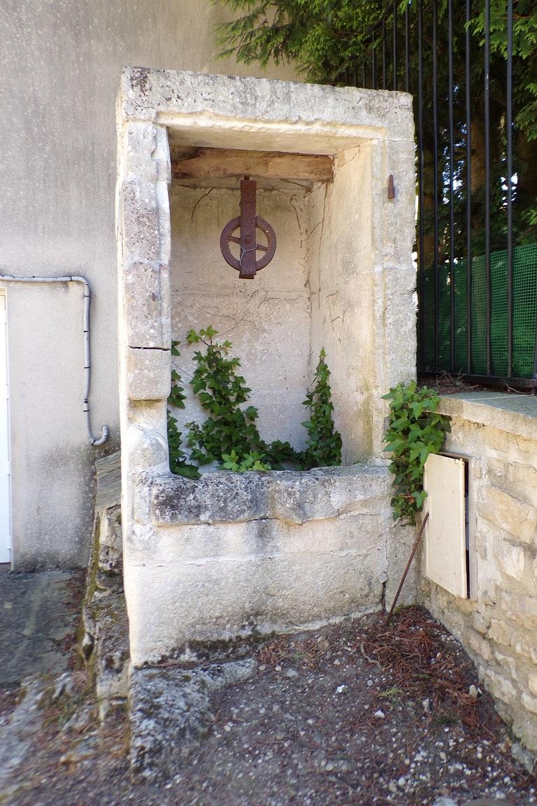 Bourg-Charente - Le puits à côté de la salle des fêtes (24 avril 2017)