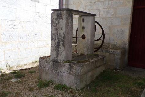 Bourg-Charente - Le puits à côté de l'église (24 avril 2017)