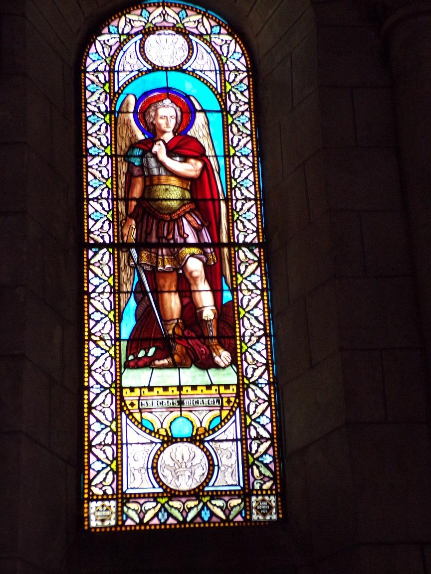 Jarnac - L'église Saint-Pierre - Le vitrail 'St Michel' (21 septembre 2016)