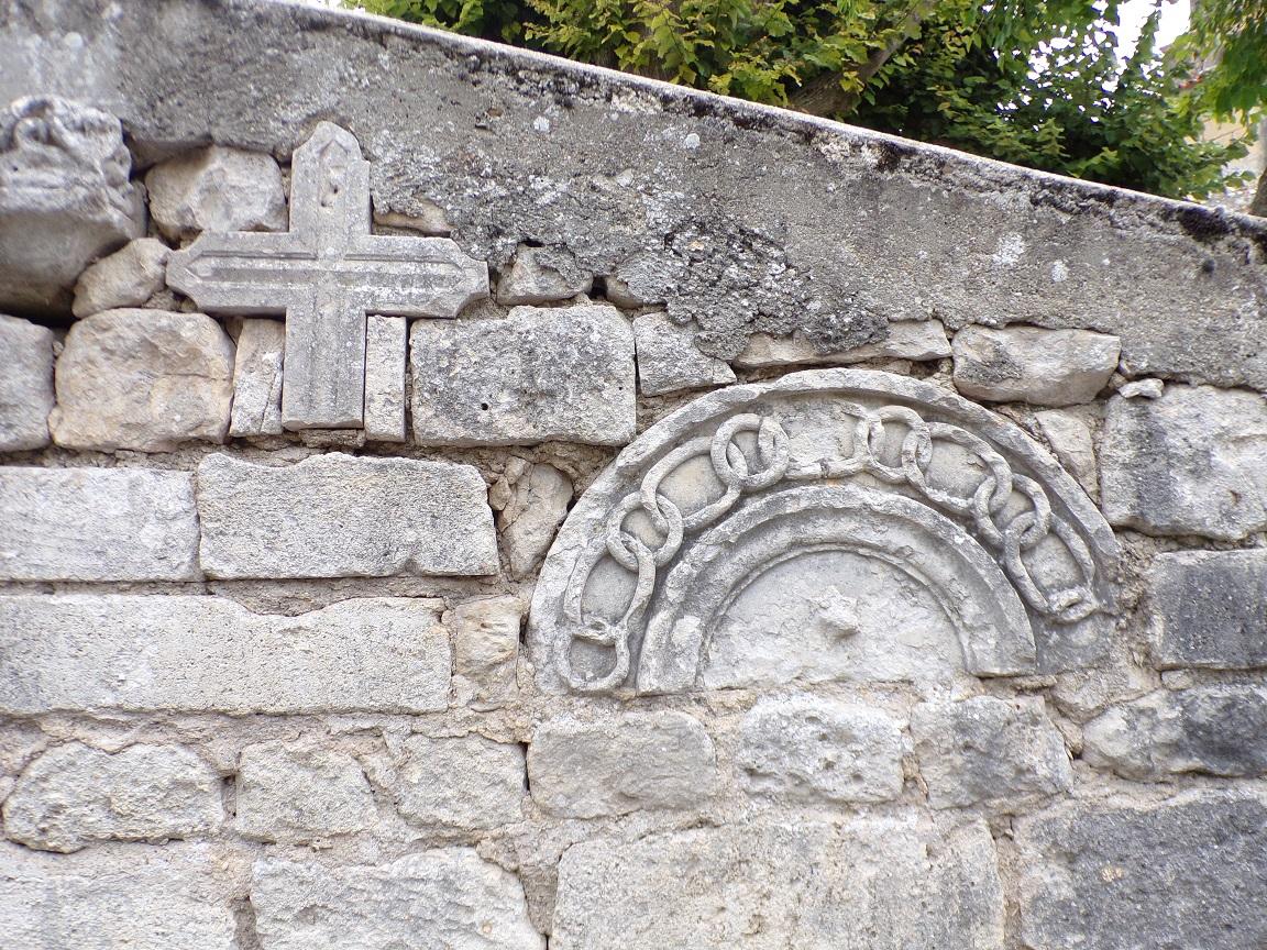 Juillac-le-Coq - Sculptures anciennes sur le mur (18 septembre 2016)