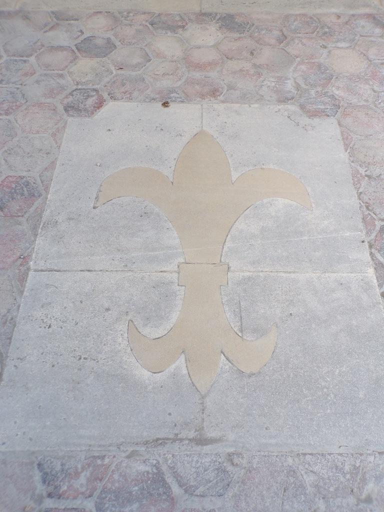 Angeac-Champagne – L'église Saint-Vivien - Fleur de lys devant la porte d'entrée (13 mai 2019)