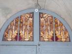 Angeac-Champagne - L'Eglise Saint-Vivien - Le vitrail au-dessus de la porte d'entrée (13 mai 2019)