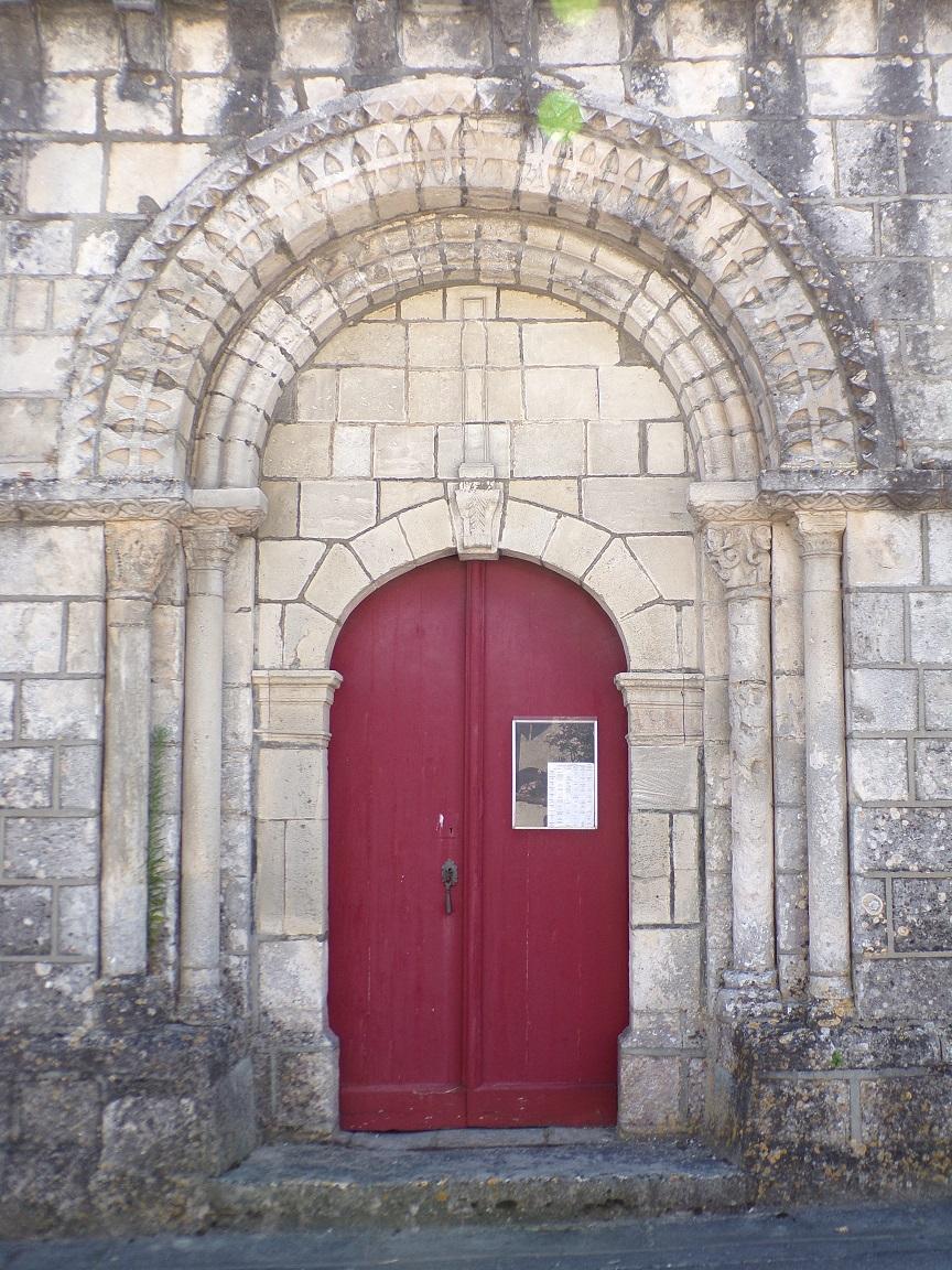 Celles - L'église Saint-Christophe - La porte d'entrée (8 juillet 2018)