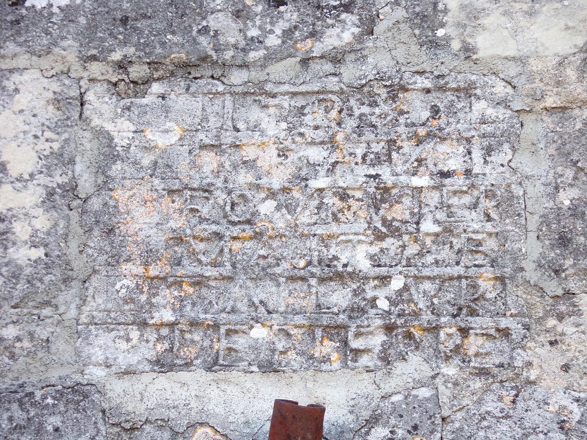 Houlette - L'église Saint Martin - Inscription au-dessus de la porte d'entrée (20 août 2018)