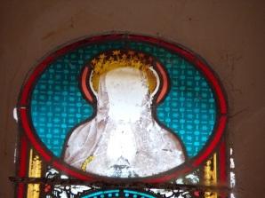 Mesnac - L'église Saint-Pierre - Le vitrail 'Notre Dame de Lourdes' (16 septembre 2018)