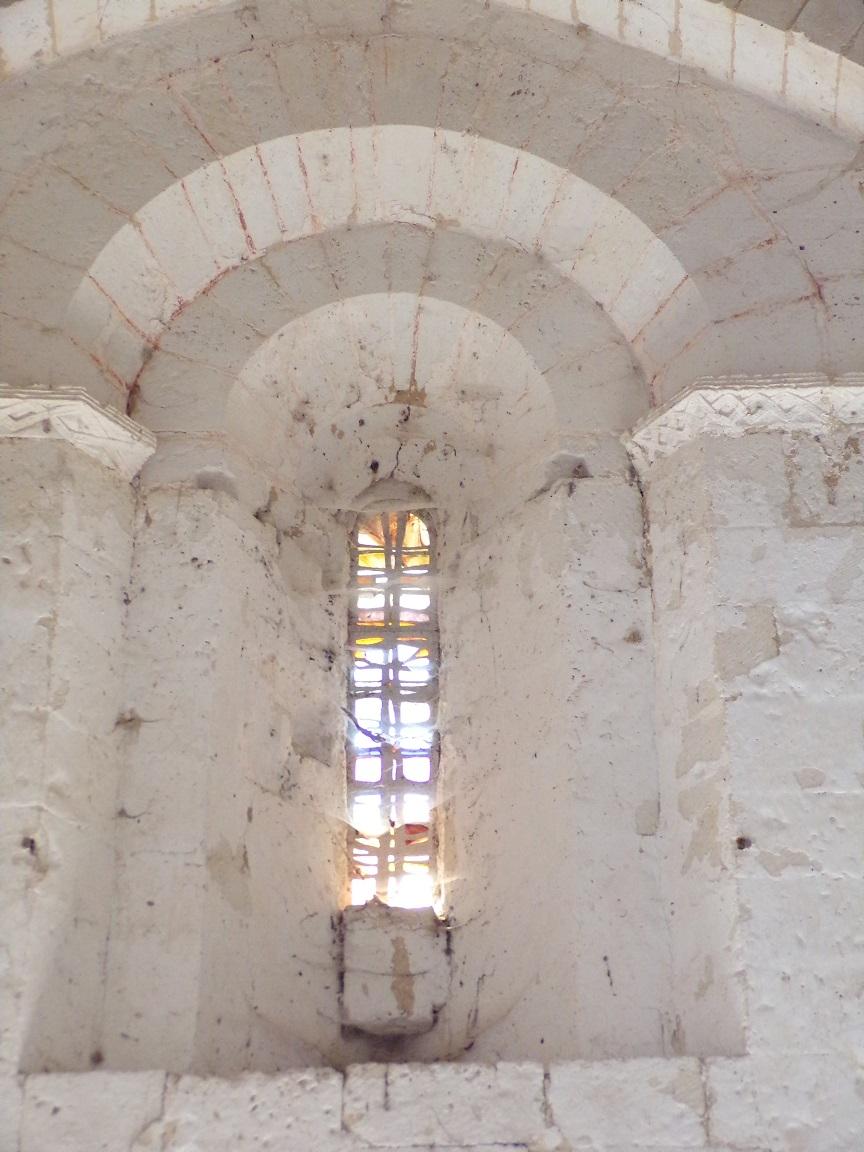 Plaizac - L'église Saint-Hippolyte - Le vitrail à l'entrée (21 août 2018)