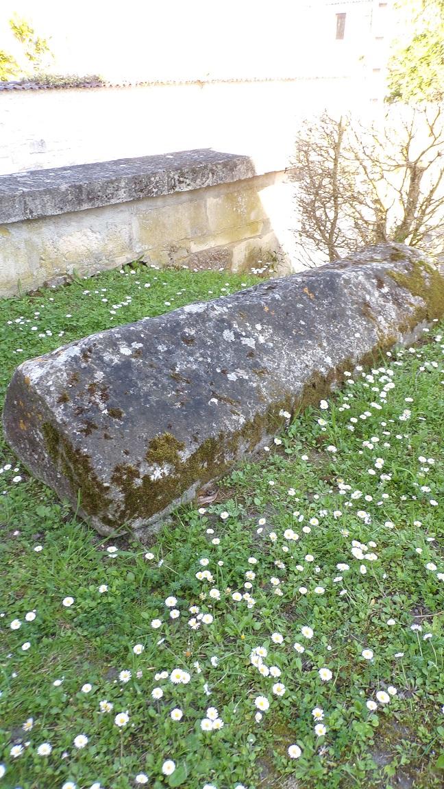 Brives sur Charente - L'église Saint-Etienne - Une tombe (19 avril 2018)