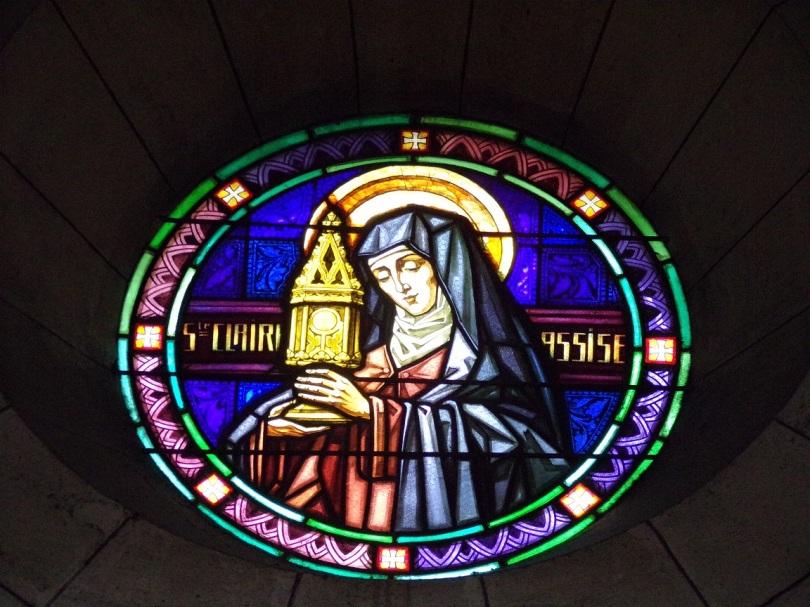 Eglise Saint Antoine – Le vitrail 'Ste Claire Assise' (19 mars 2021)
