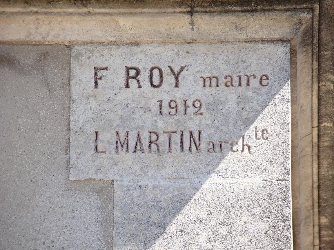 Mareuil - L'ancienne mairie - Inscription 'F Roy maire 1912, L Martin archte' (21 août 2018)
