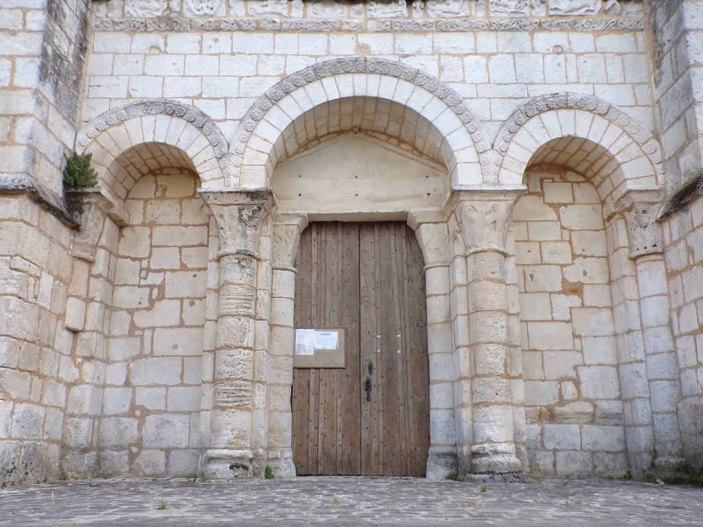 Genté – L'église Saint-Médard - Le portail flanqué de deux arcades aveugles (1 juillet 2021)