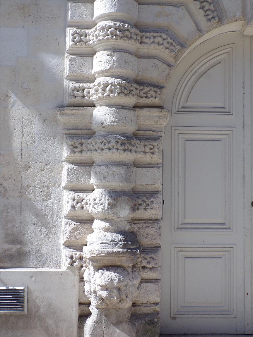 L'Hôtel Brunet du Bocage - Colonne à bossages du portail qui prennent appui sur une tête de lion (15 juin 2021)