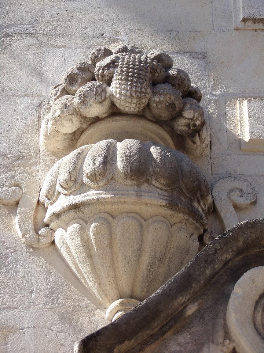 L'Hôtel Brunet du Bocage - Vase d'où s'échappe d'abondance de fruits (15 juin 2021)