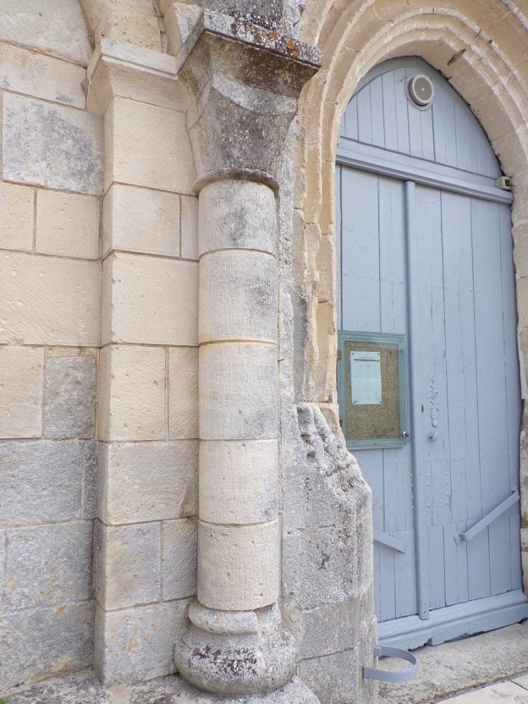 La colonnette à gauche de la porte d'entrée (30 août 2021)