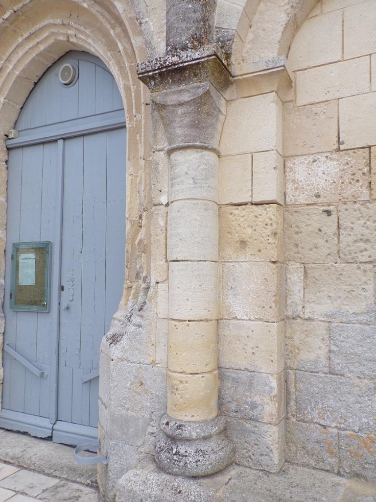 La colonnette à droite de la porte d'entrée (30 août 2021)